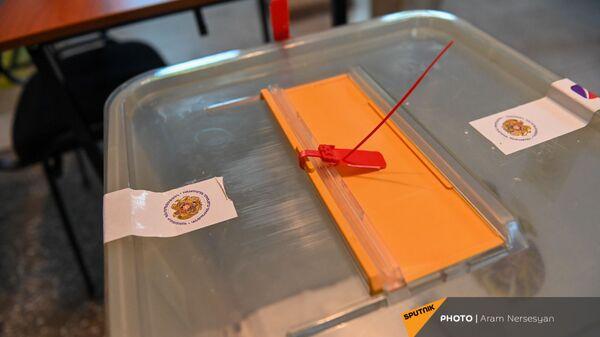 Запечатанная урна для бюллетеней на избирательном участке 9/26 по окончании времени голосования (20 июня 2021). Еревaн - Sputnik Արմենիա