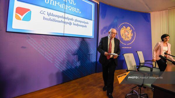 Председатель ЦИК Тигран Мукучян заходит в зал перед началом брифинга (20 июня 2021). Еревaн - Sputnik Армения