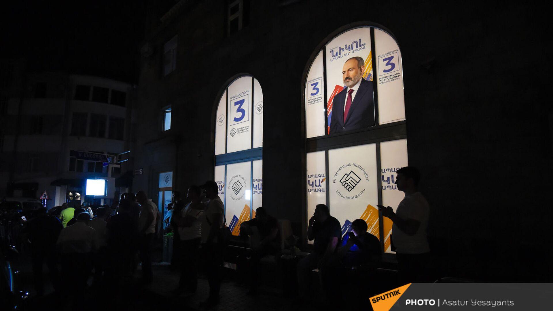 Люди у штаба партии Гражданский договор после завершения досрочных выборов в Парламент Армении (21 июня 2021). Еревaн - Sputnik Արմենիա, 1920, 18.09.2021
