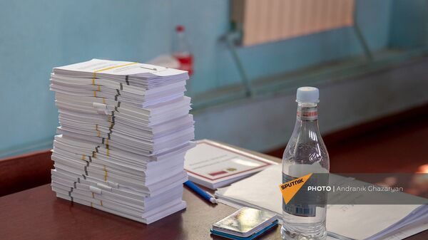 Новые бюллетени на столе председателя избирательной комиссии на участке 29/29 (20 июня 2021). Ариндж - Sputnik Армения