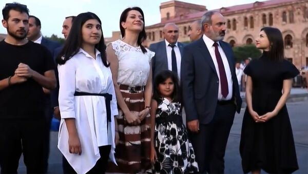 И.о. премьер-министра Никол Пашинян с семьей на площади Республики перед началом митинга (21 июня 2021). Еревaн - Sputnik Армения