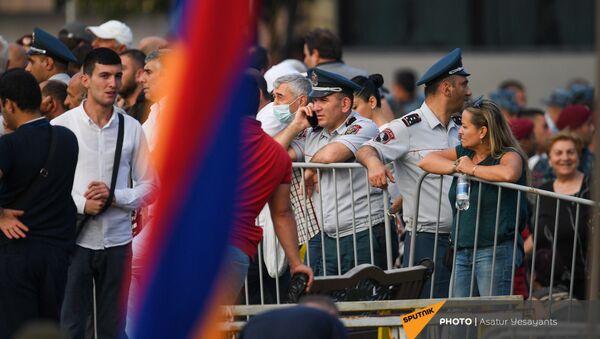 Участники митинга в поддержку победы партии Гражданский договор на внеочередных выборах (21 июня 2021). Еревaн - Sputnik Армения
