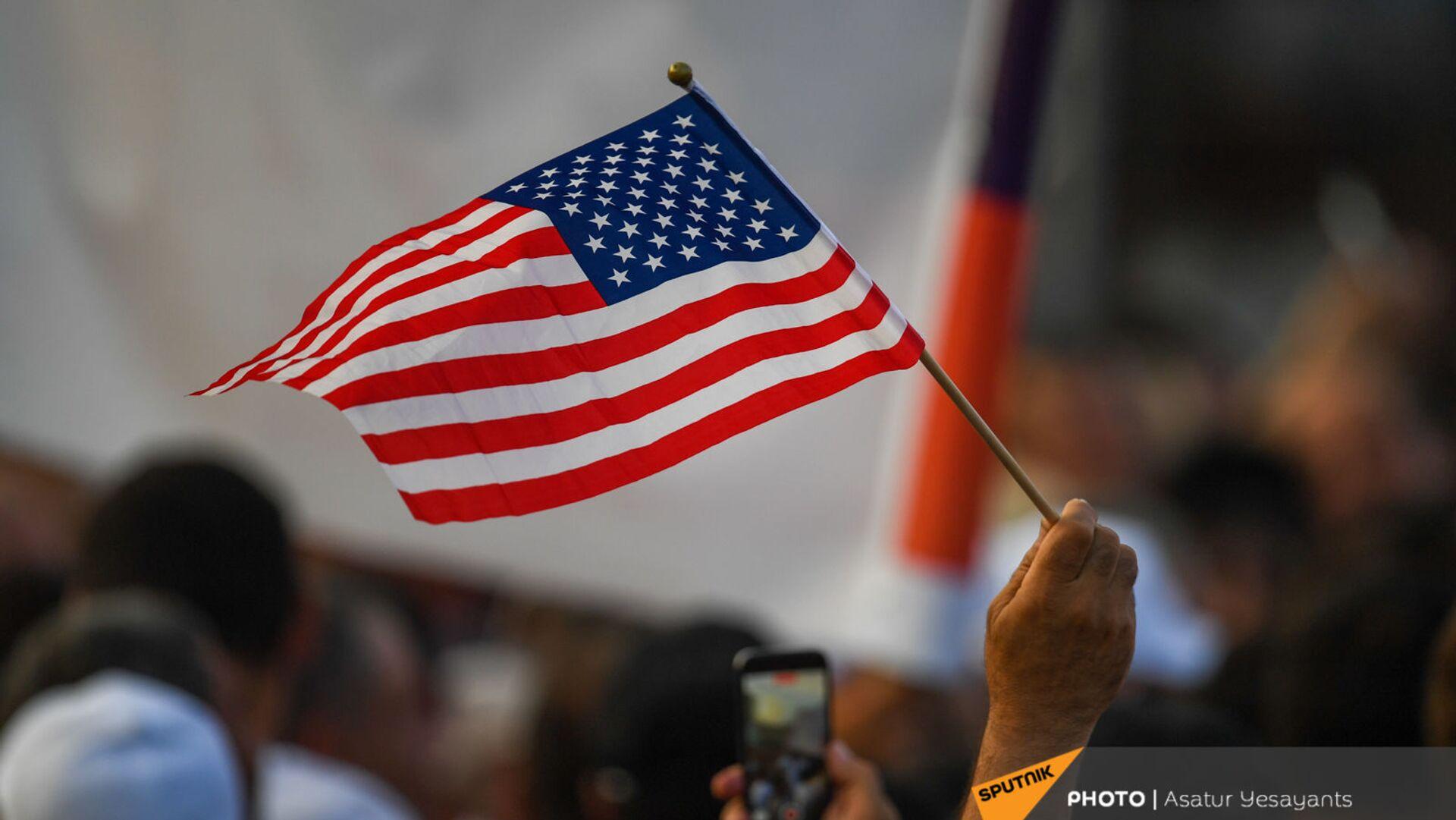 Американский флаг на митинге в поддержку победы партии Гражданский договор на внеочередных выборах (21 июня 2021). Еревaн - Sputnik Армения, 1920, 21.09.2021
