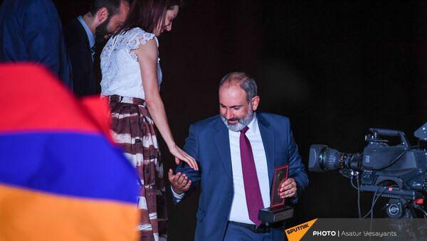 И.о. премьер-министра Никол Пашинян покидают митинг в поддержку победы партии Гражданский договор на внеочередных выборах (21 июня 2021). Еревaн - Sputnik Армения