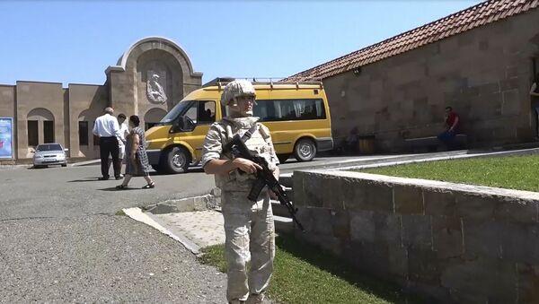 Российские миротворцы сопроводили паломников в монастыри Амарас и Ганзасар - Sputnik Армения