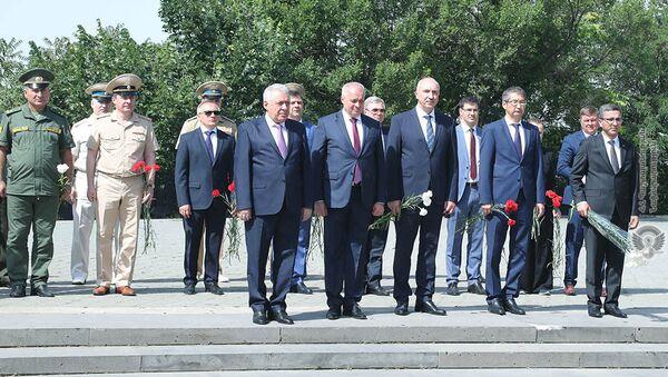 И.о. министра обороны Вагаршак Арутюнян почтил память бойцов, погибших в Великой Отечественной войне (22 июня 2021). Еревaн - Sputnik Армения