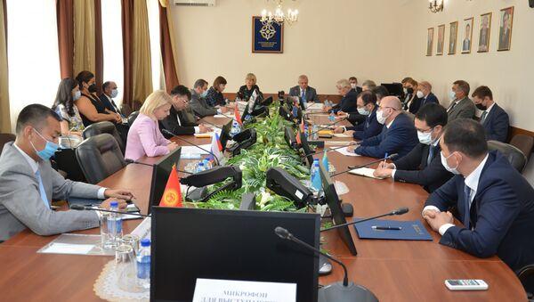 Встреча Генсеков ОДКБ и ОБСЕ Станислава Зася и Хельги Шмидт на расширенном заседании Постоянного совета ОДКБ (22 июня 2021). Москва - Sputnik Армения