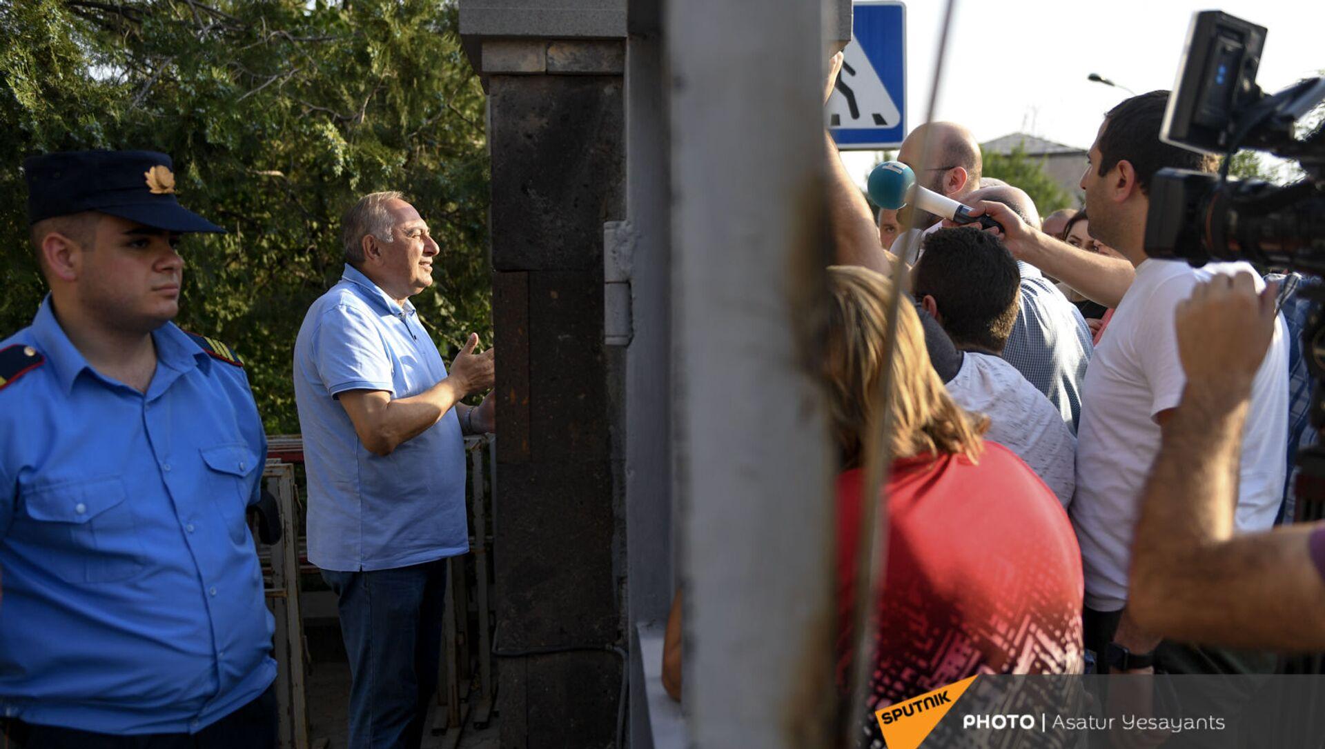 Глава медцентра Измирлян Армен Чарчян общается с журналистами до суда (22 июня 2021). Еревaн - Sputnik Արմենիա, 1920, 29.06.2021