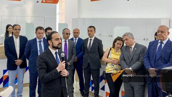 И.о. вице-премьер Тигран Авинян общается с журналистами (23 июня 2021). Гюмри - Sputnik Армения