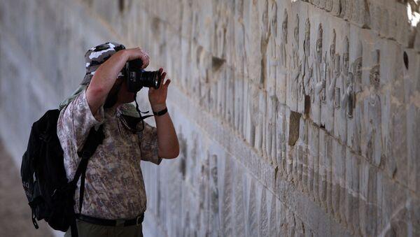 Турист фотографирует во время экскурсии по древнему имперскому городу Персеполис, столице персидской династии Археменидов - Sputnik Армения