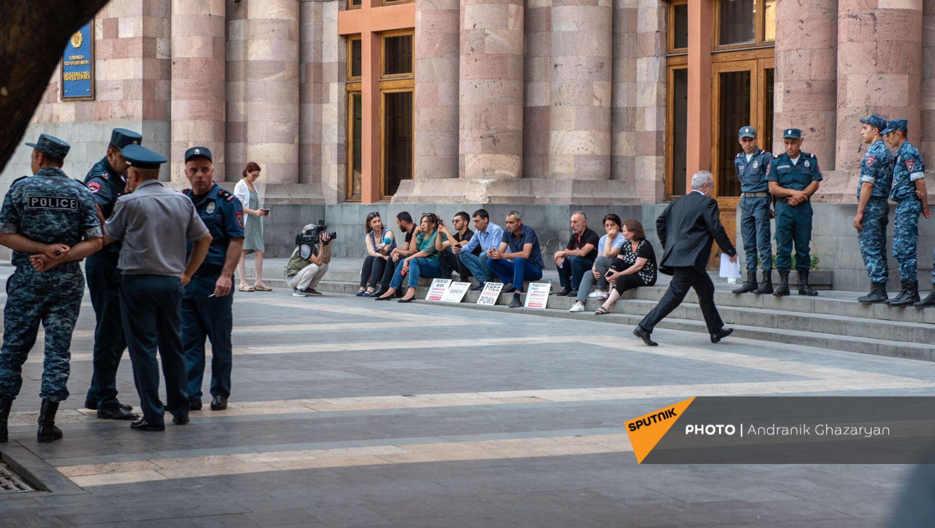 И.о. министра ОНКС Ваграм Думанян заходит в Дом правительства во время сидячей акции протеста родственников попавших в азербайджанский плен военнослужащих (24 июня 2021). Еревaн - Sputnik Արմենիա, 1920, 09.08.2021