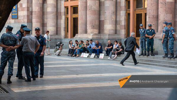 И.о. министра ОНКС Ваграм Думанян заходит в Дом правительства во время сидячей акции протеста родственников попавших в азербайджанский плен военнослужащих (24 июня 2021). Еревaн - Sputnik Армения
