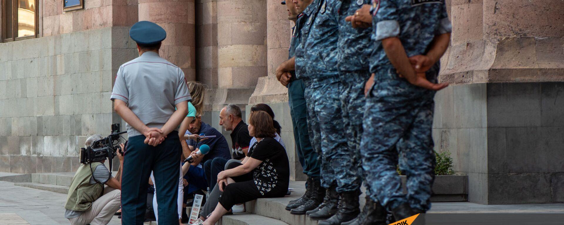 Отец одного из попавших в азербайджанский плен военнослужащих беседует с журналистами во время сидячей акции протеста у Дома правительства (24 июня 2021). Еревaн - Sputnik Արմենիա, 1920, 02.09.2021