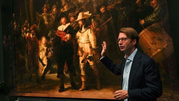 Директор музея Тако Диббитс объясняет, как самая большая картина Рембрандта Ночной дозор стала больше с помощью искусственного интеллекта (23 июня 2021). Амстердам - Sputnik Армения