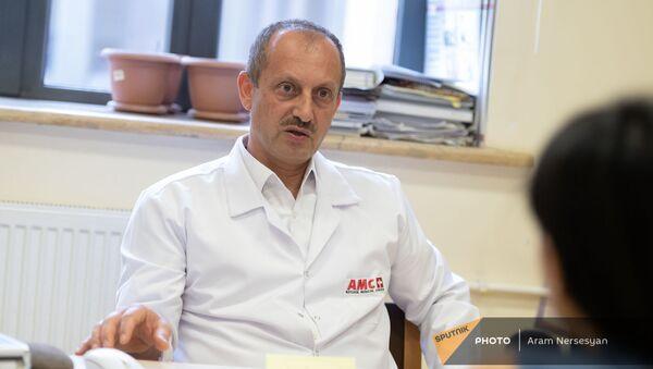 Заведующий отделением сердечно-сосудистой хирургии медцентра Астхик, кардиохирург Мгер Сусани - Sputnik Արմենիա