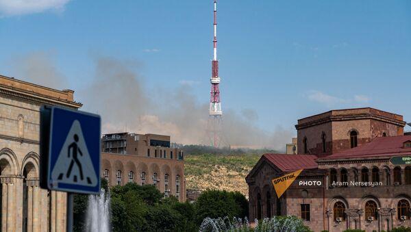 Дым от пожара в районе Норк виден с площади Республики (25 июня 2021). Еревaн - Sputnik Արմենիա
