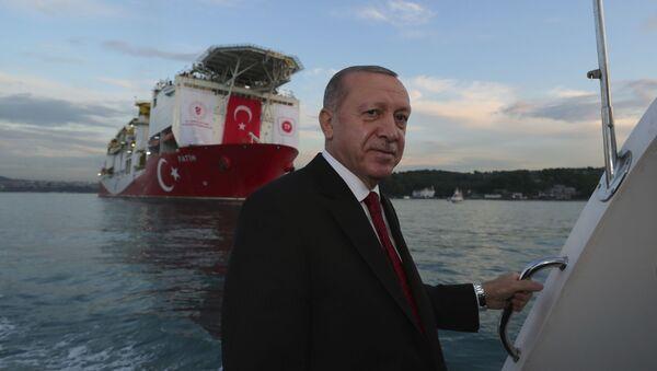 Президент Турции Реджеп Тайип Эрдоган на фоне турецкого корабля «Фатих» (29 мая 2020). Стамбул  - Sputnik Армения