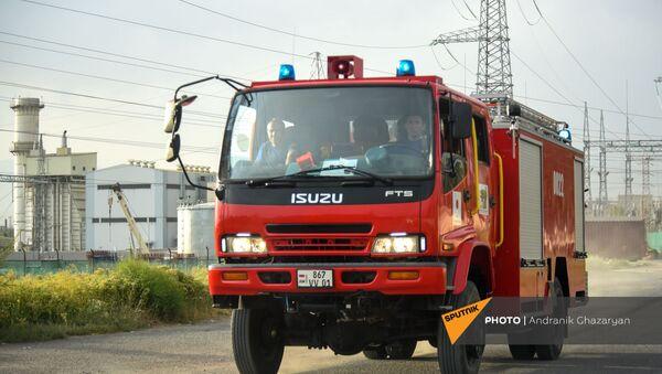 Автомобиль пожарной службы МЧС Армени подъезжает на место возгорания на территории Ереванской ТЕЦ (26 июня 2021). Еревaн - Sputnik Армения