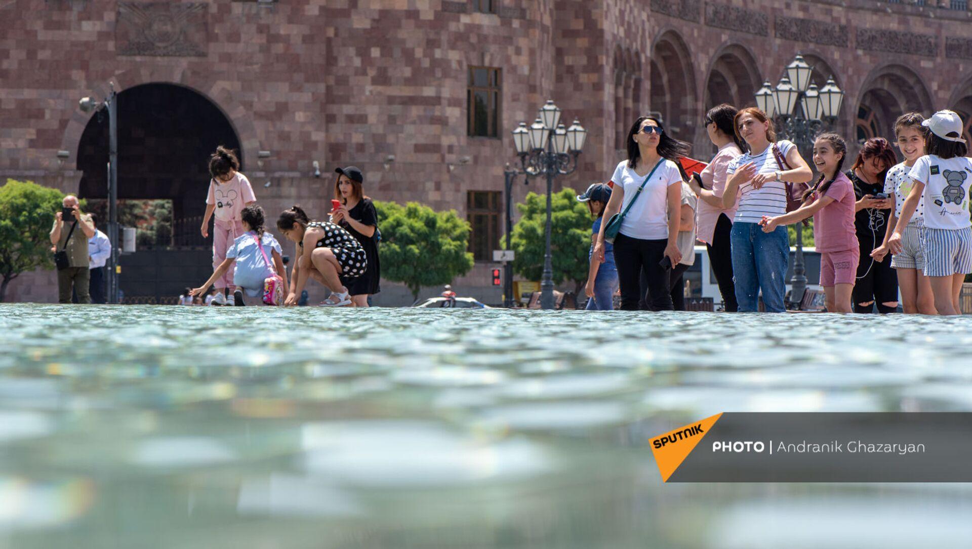 Люди у фонтана на площади Республики в Ереване - Sputnik Армения, 1920, 16.07.2021
