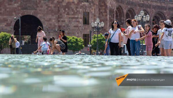 Люди у фонтана на площади Республики в Ереване - Sputnik Армения
