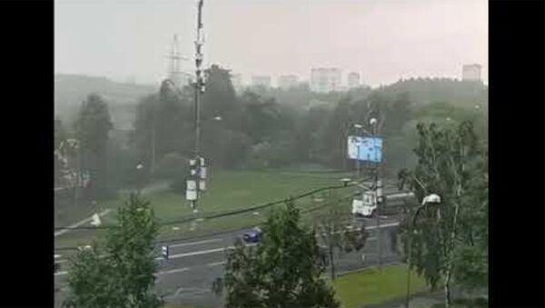 В Новокосино сильный ветер сдул утеплитель со стройки - Sputnik Армения