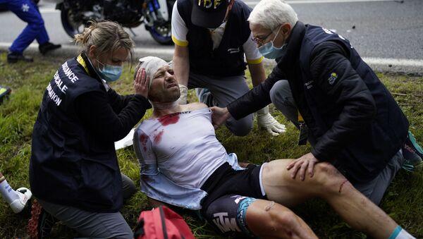 Сирил Лемуан получает медицинскую помощь после аварии на первом этапе велогонки Тур де Франс - Sputnik Армения