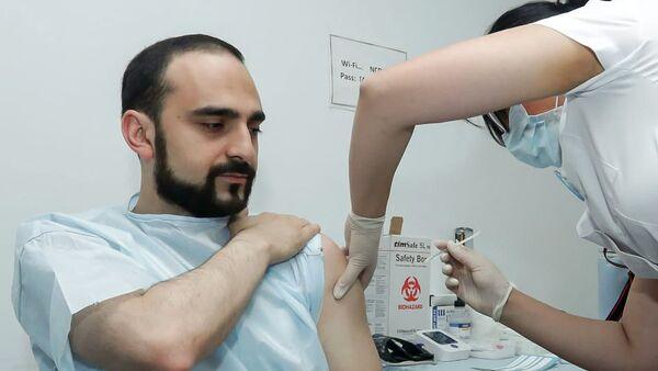 И.о. вице-премьера Тигран Авинян принимает вторую прививку вакцины AstraZeneca от коронавируса - Sputnik Армения