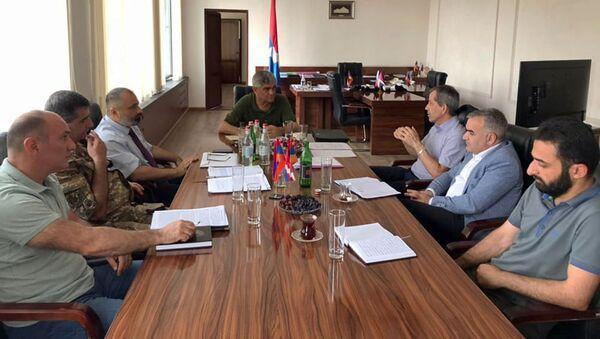 Секретарь Совета Безопасности Карабаха Виталий Баласанян провел рабочую встречу с руководителем миссии МККК в Карабахе Бертраном Ламоном (28 июля 2021). Степанакeрт - Sputnik Արմենիա