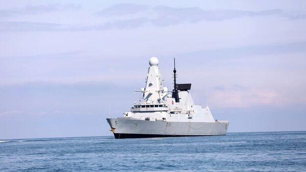 Военный корабль Королевского флота Великобритании HMS Defender приближается к черноморскому порту Батуми (26 июня 2021). Грузия - Sputnik Армения