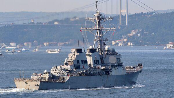 Эсминец с управляемыми ракетами ВМС США USS Ross плывет по проливу Босфор недалеко от Стамбула (26 июня 2021). Турция - Sputnik Արմենիա