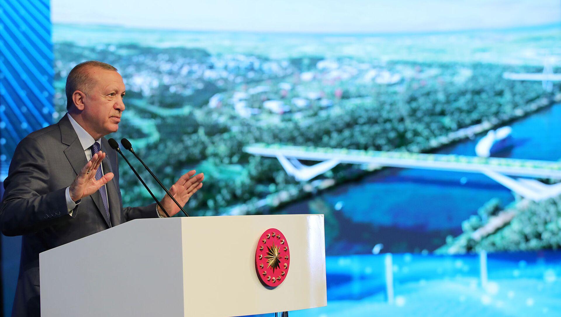 Президент Турции Реджеп Тайип Эрдоган выступает на церемонии закладки фундамента моста Сазлидере над запланированным маршрутом канала Стамбул (26 июня 2021). Турция - Sputnik Արմենիա, 1920, 02.07.2021