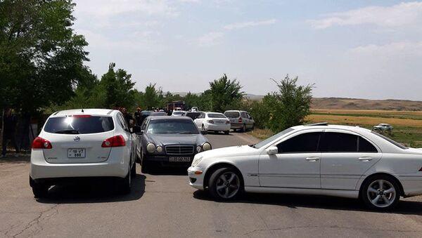 Жители нескольких сел Ширакской области заблокировали участок села Бенджамин дороги Ереван-Гюмри (29 июня 2021).  - Sputnik Армения