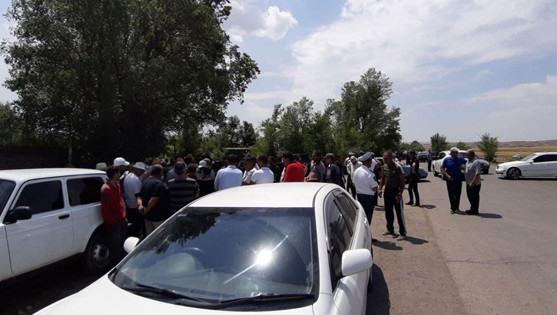 Жители нескольких сел Ширакской области заблокировали участок села Бенджамин дороги Ереван-Гюмри (29 июня 2021).  - Sputnik Արմենիա, 1920, 29.06.2021