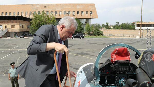 И.о. министра обороны Вагаршак Арутюнян посетил аэропорт Эребуни (29 июня 2021). Еревaн - Sputnik Արմենիա