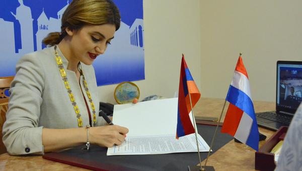 Мэр Эчмиадзина Диана Гаспарян во время подписания меморандума между Эчмиадзином и Алмело (29 июня 2021).  Эчмиадзин - Sputnik Армения