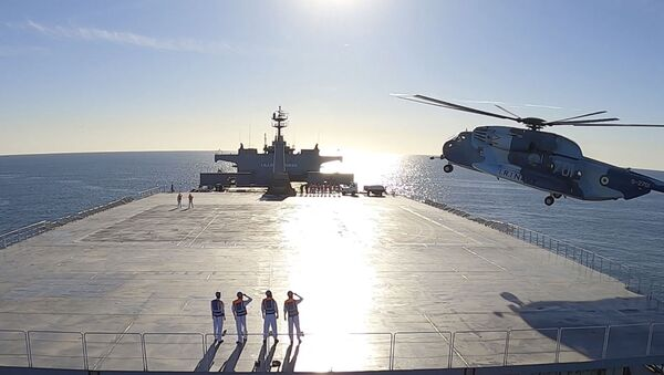 Вертолет, приземляющийся на логистическое судно Makran во время учений ВМС Ирана - Sputnik Армения