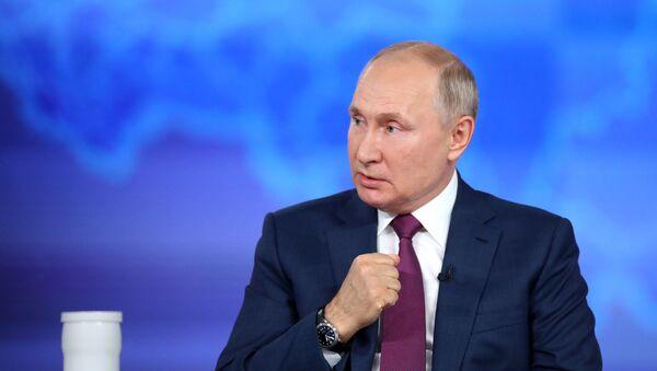 Президент РФ Владимир Путин во время ежегодной специальной программы Прямая линия с Владимиром Путиным в эфире российских телеканалов и радиостанций (30 июня 2021). Москва - Sputnik Армения