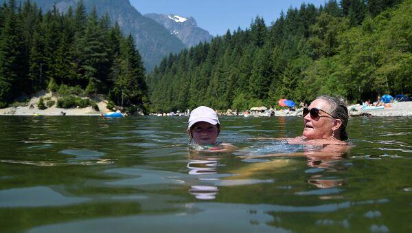 Люди плавают на озере Алуэтт в период палящей жары в Мэйпл-Ридж (28 июня 2021). Канада - Sputnik Армения
