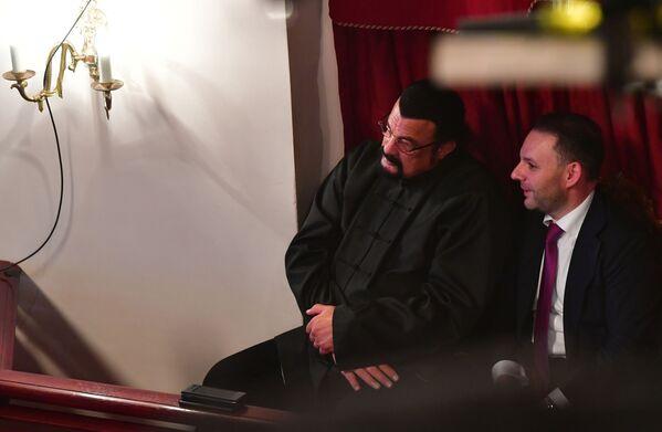Դերասան Սթիվեն Սիգալը (ձախից) դահլիճում, «Միսս Մոսկվա 2021» 25-րդ հոբելյանական մրցույթի ընթացքում, «Et Cetera» թատրոն - Sputnik Արմենիա