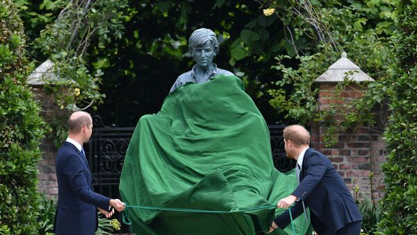 Принц Уильям, герцог Кембриджский и принц Гарри, герцог Сассекский, открывают статую своей матери, принцессы Дианы в Затонувшем саду в Кенсингтонском дворце (1 июля 2021). Лондон - Sputnik Армения