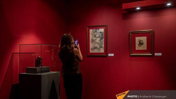 Посетительница на выставке работ М.Врубеля в Музее Русского искусства (1 июля 2021). Еревaн - Sputnik Արմենիա