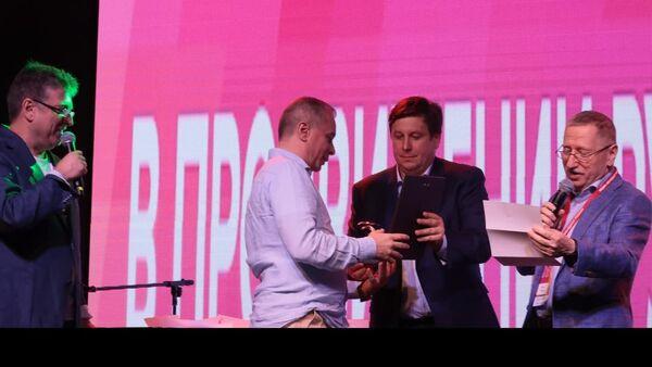 Руководитель Информационного агентства и радио Sputnik Армения Дмитрий Писаренко получает награду на церемонии награждения премии Медиа-Менеджер России (1 июля 2021). Москва - Sputnik Արմենիա