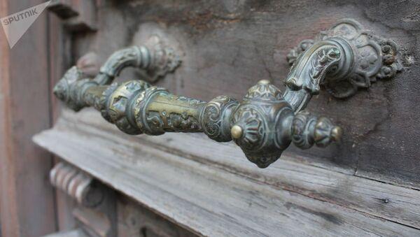Ручка входной двери старинного особняка в Тифлисе, где жила Елена Тер-Асатурова - Sputnik Армения