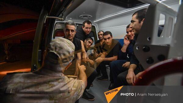 Рустам Мурадов c группой вернувшихся армянских военнопленных в аэропорту Эребуни (3 июля 2021). Ереван - Sputnik Արմենիա