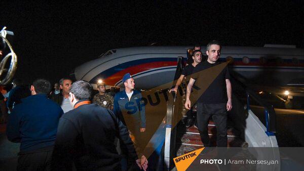 Встреча группы армянских военнопленных в аэропорту Эребуни (3 июля 2021). Ереван - Sputnik Армения
