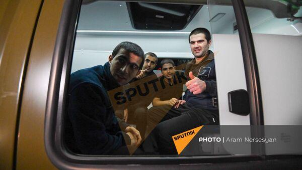 Ինչպես է «Էրեբունի» օդանավակայան ժամանում հայ ռազմագերիների խումբը - Sputnik Արմենիա