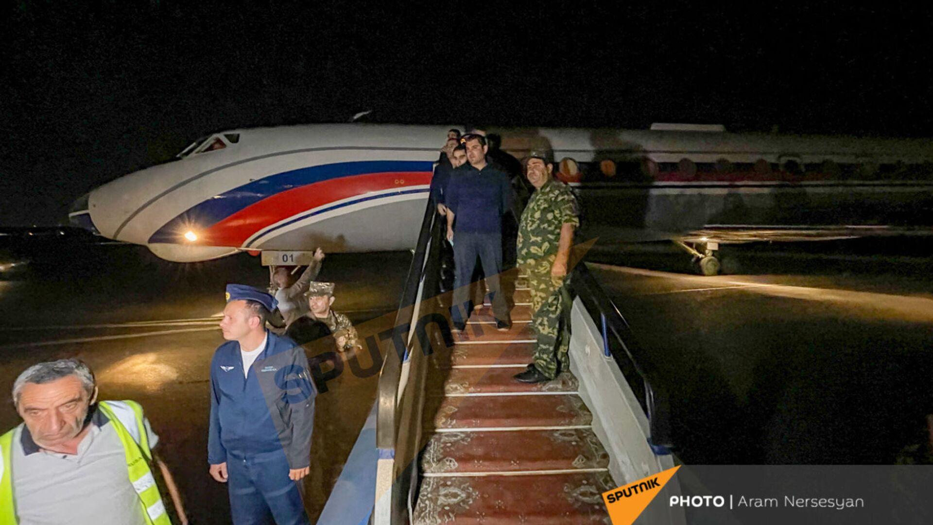 Встреча группы армянских военнопленных в аэропорту Эребуни (3 июля 2021). Ереван - Sputnik Արմենիա, 1920, 19.08.2021