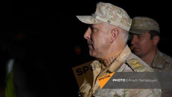 Рустам Мурадов c группой вернувшихся армянских военнопленных в аэропорту Эребуни (3 июля 2021). Ереван - Sputnik Армения