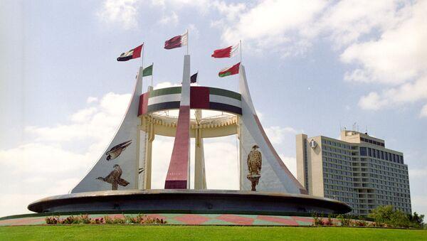 Памятник в честь создания независимого федеративного государства Объединенных Арабских Эмиратов. Флаги семи эмиратов: Абу-Даби, Дубай, Шарджа, Аджман, Рас-эль-Хайма, Умм-эль-Кайвайн, Эль-Фуджайра соединены кольцом. - Sputnik Армения