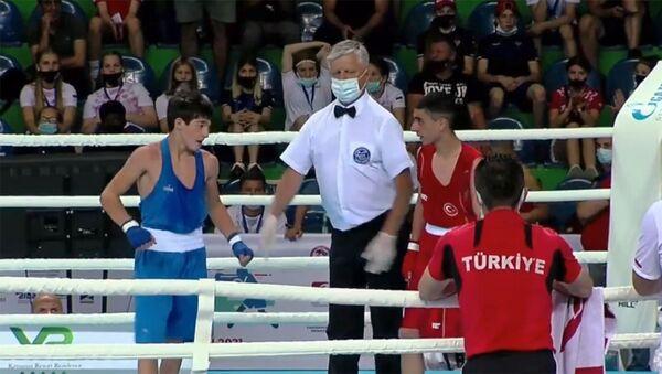 Рефери объявляет победителя поединка по боксу (44кг) между Эриком Арстамяном (Армения) и Эмирханом Актурком (Турция) - Sputnik Армения
